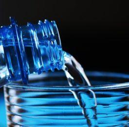 woda do picia butelka fotografia