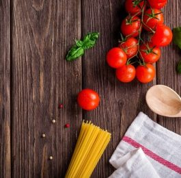 blat stołu z pomidorkami, makaronem fotografia