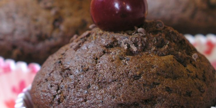 fondant czekoladowy z wisienką na górze fotografia