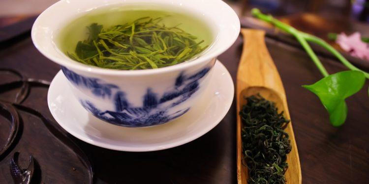 fotografia filiżanka z zieloną herbatą