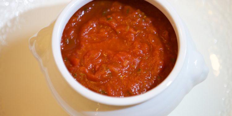 fotografia miseczka z sosem pomidorowym