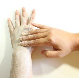dłonie w czasie peelingu fotografia