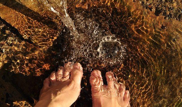 stopy w wodzie fotografia