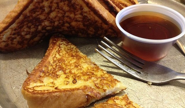 tosty francuskie z kawą fotografia