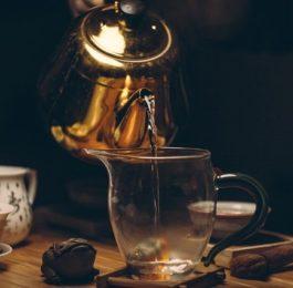 nalewanie herbaty fotografia