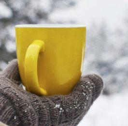 kubek z herbatą rozgrzewającą