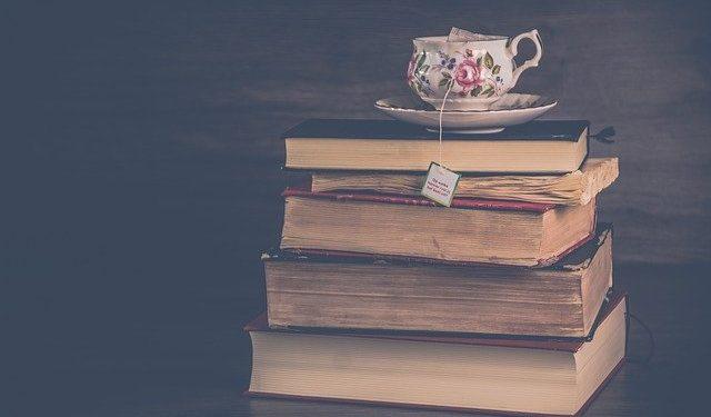 herbata na książkach fotografia